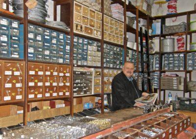 Vendeur en (quincaillerie, revêtements de sols, de murs, téléphonie, tissus)
