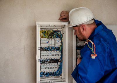 Ouvrier électricien de maintenance