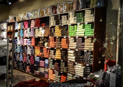 Etalagiste (décorateur, en articles de luxe, en bijouterie, en chaussures, en maroquinerie, en parfumerie, en prêt-à-porter)
